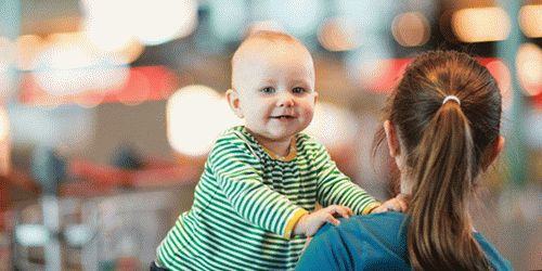 Маленкий мальчик трогает женскую грудь фото 681-277