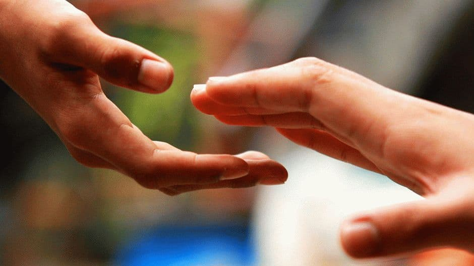 максимально помогайте окружающим