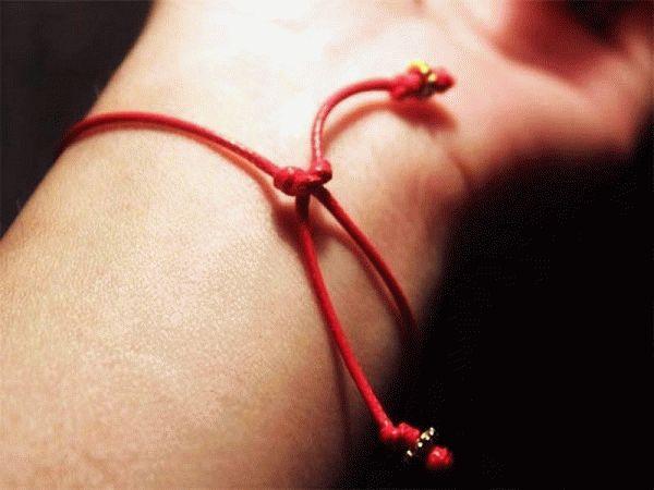 Молитва для завязывания красной нити на запястье 7 узелков