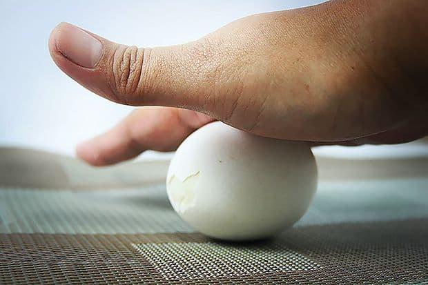 Снятие порчи яйцом с себя и другого человека