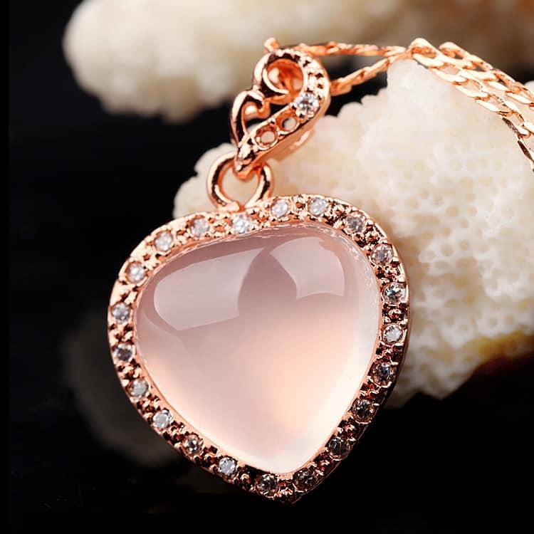 Какими свойствами обладает камень розовый кварц и кому подходит