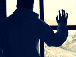 Рука на окне
