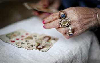 Цыганское гадание на игральных карта: значение мастей в раскладах