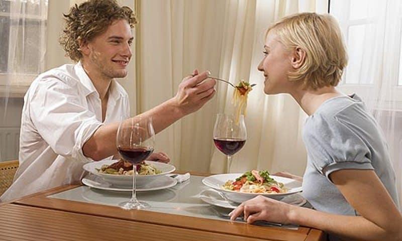 Муж кормит женщину