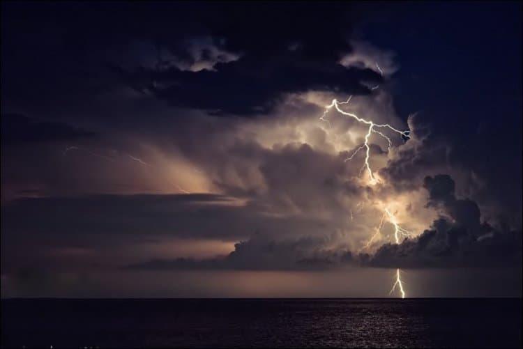 Молния сквозь тучи