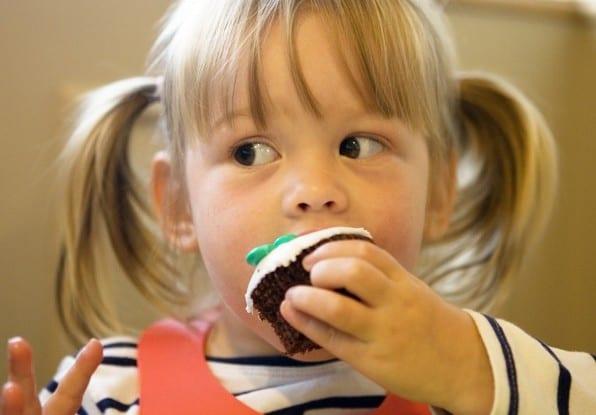 Ребенок кушает тортик