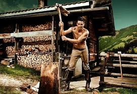 Мужик колит дрова