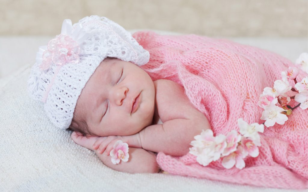 Младенец в розовом пледе