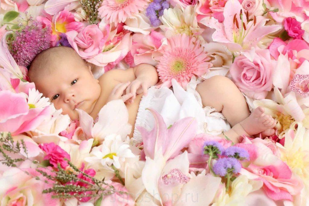 Ребенок в цветах