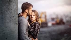 Обнимания девушки мужчины
