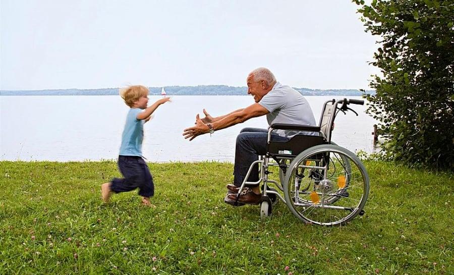 Ребенок бежит к деду