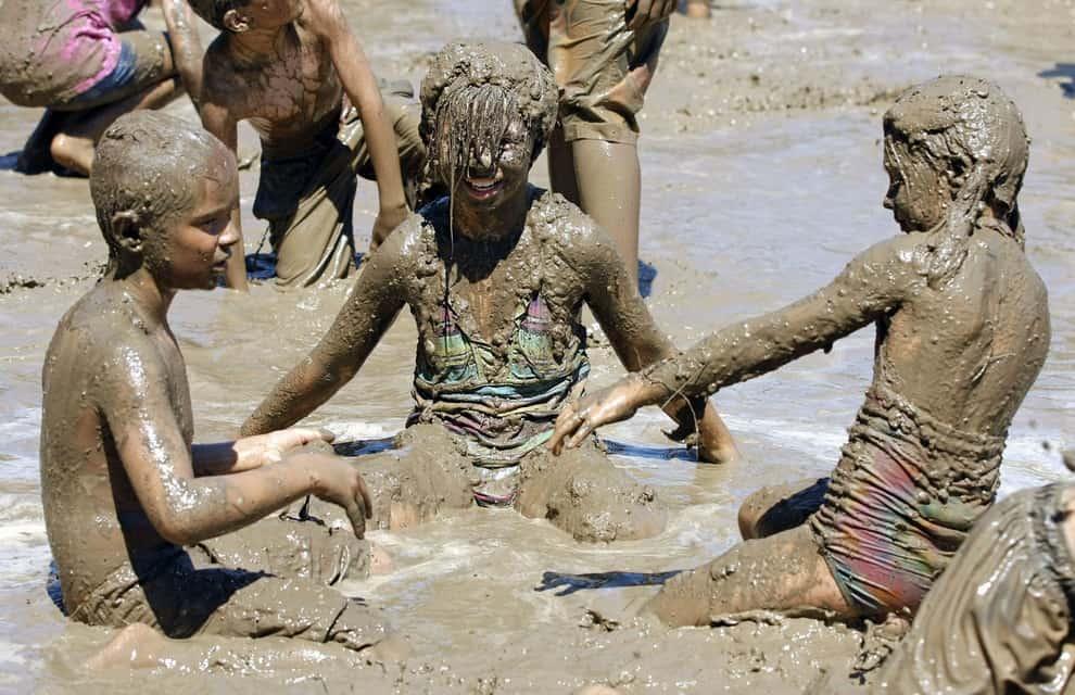 Трое в грязи