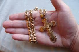 Золотой крест на руке