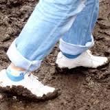 Белая обувь в грязи