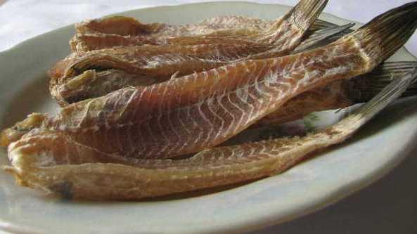 Вяленая рыба на тарелке