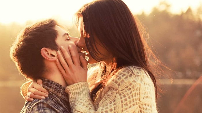 Девушка целует