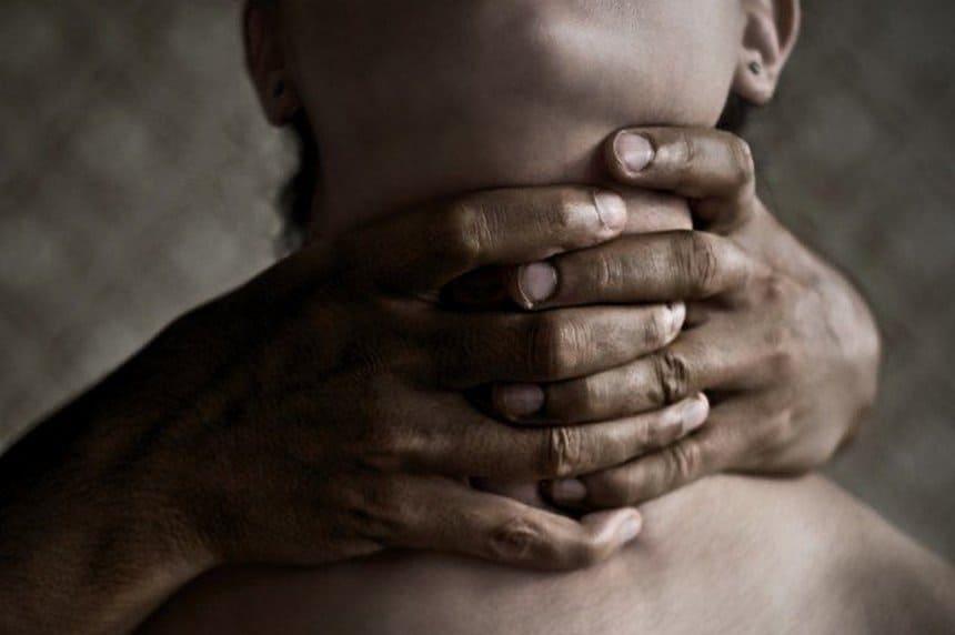 Приснилось удушение человека: толкование по популярным сонникам