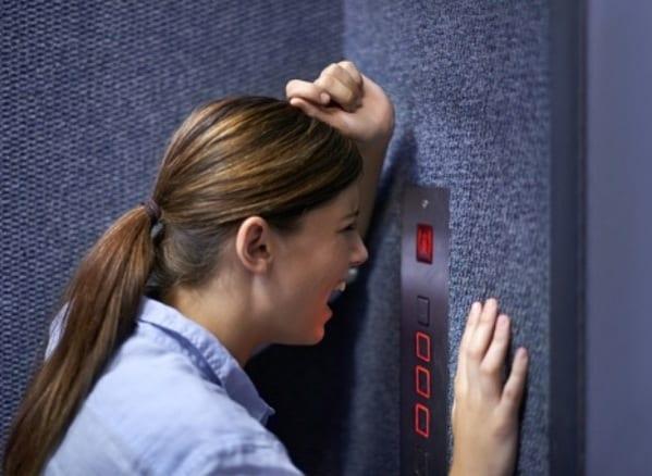 Смотреть девушка застряла в лифте, порно в два члена паровозик