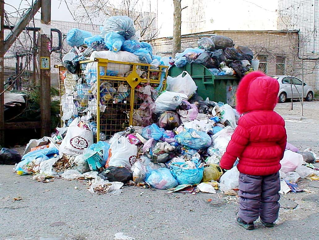 Ребенок смотрит на мусор