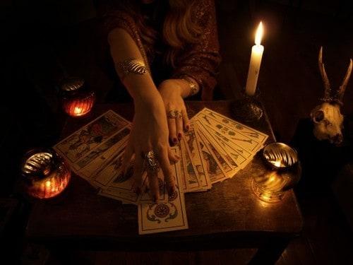 Как выполнить гадание на таро на будущее на три карты
