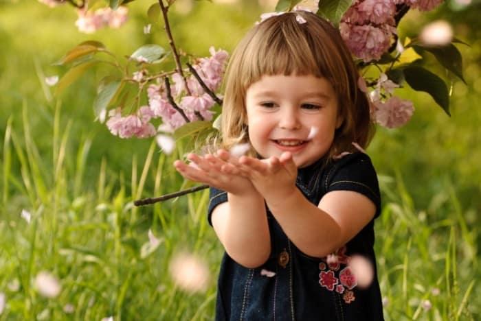Девочка под деревом
