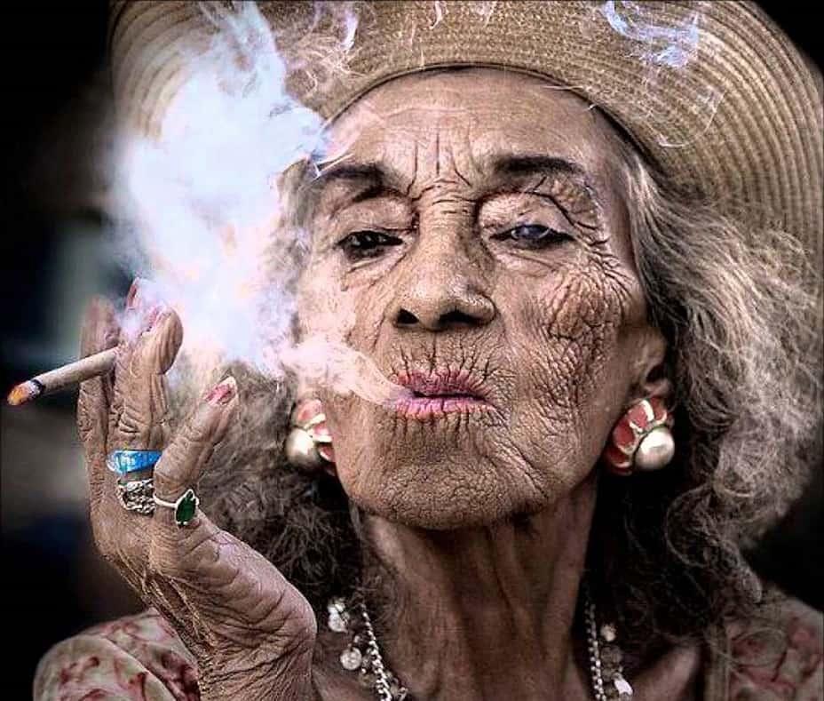 Курящая бабушка