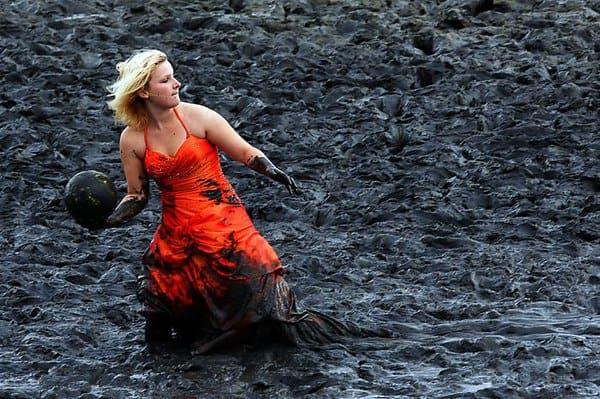 Блондинка в грязи