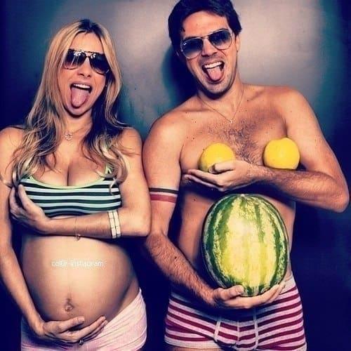 Семья с фруктами