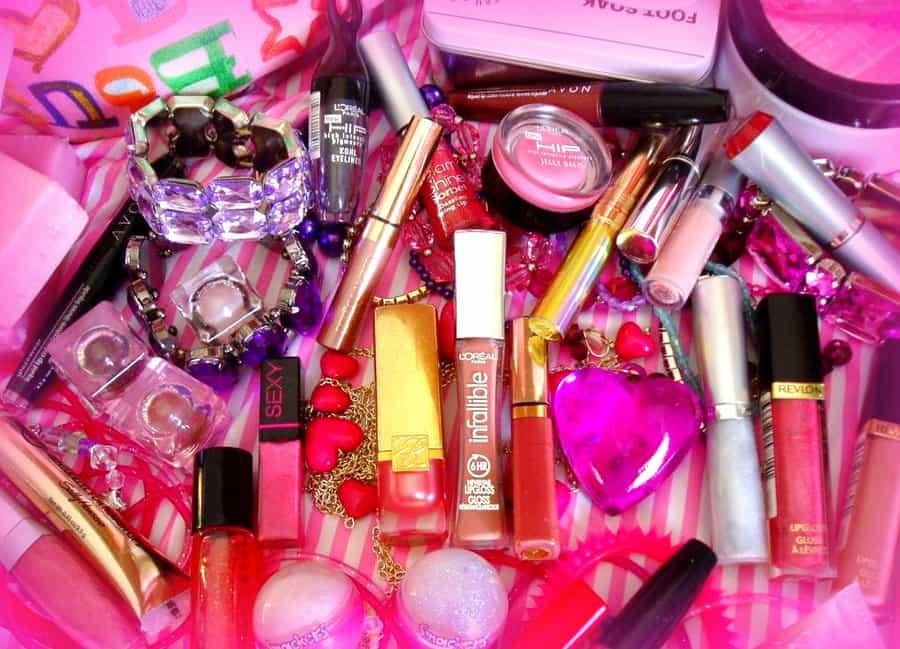 К чему снится косметика и нанесение макияжа по современным сонникам