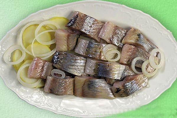 Нарезанная рыба с луком
