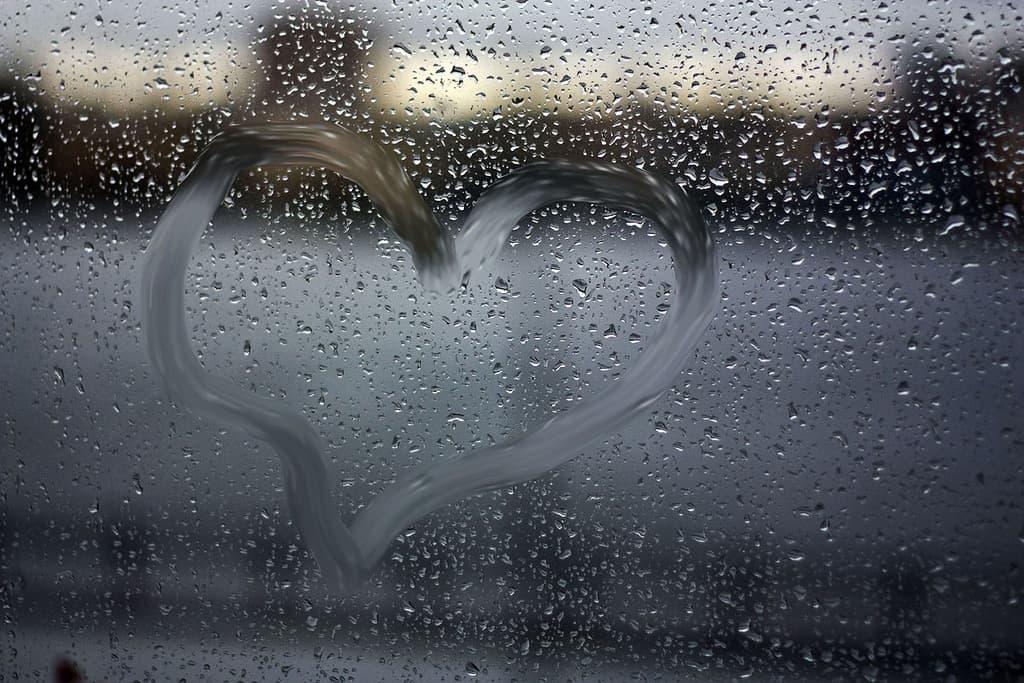 Сердечко на окне