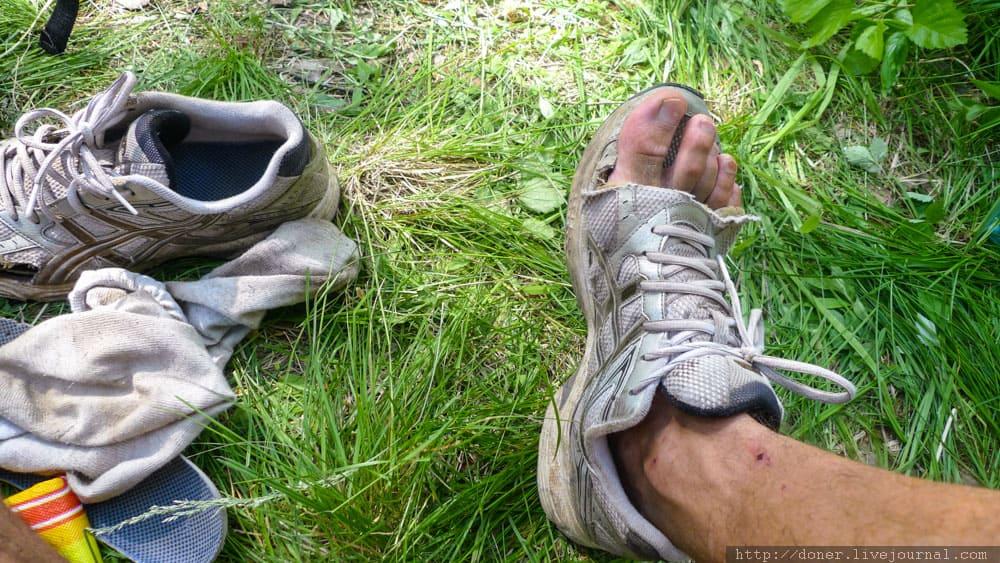 Порванный кроссовок