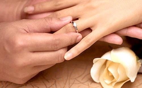 Надетое кольцо на пальчик