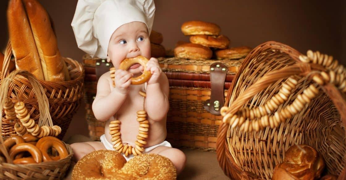 Младенец кушает бублик