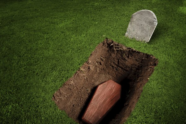Копать могилу во сне — расшифровка по популярным сонникам