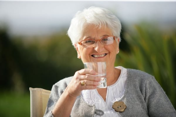 Бабушка пьет воду