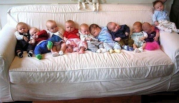 Младенцы на диване