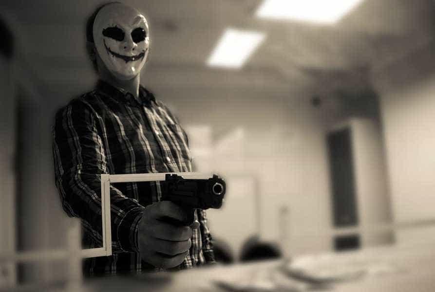 В белой маске