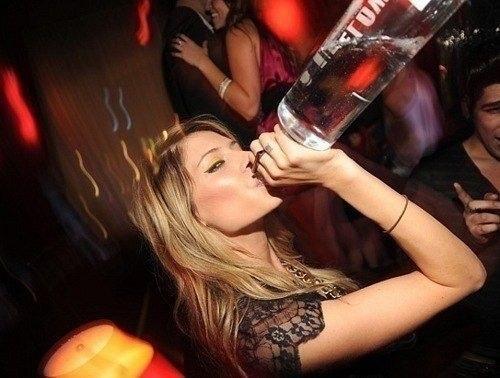 Девушка выпивает