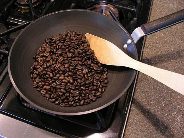Зерна на сковородке