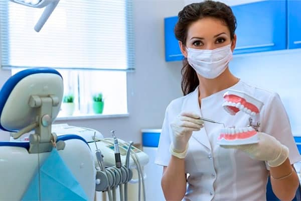 Девушка стоматолог