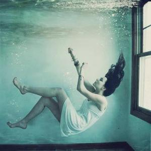 К чему снится тонуть в воде по нескольким различным сонникам