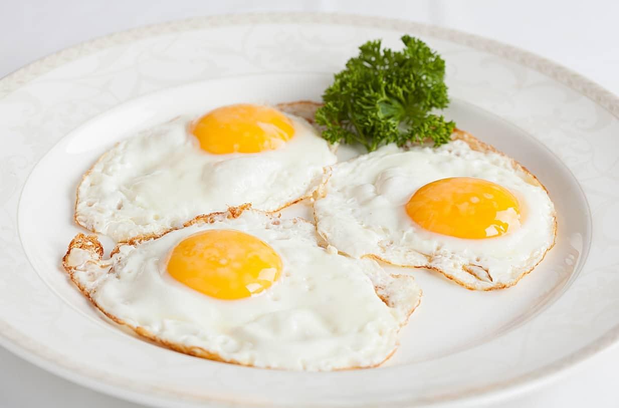 Три приготовленных яичницы