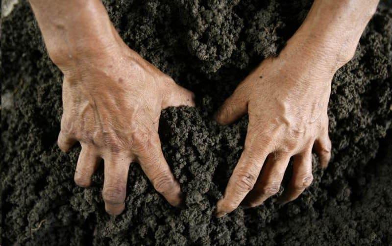 Копание голыми руками