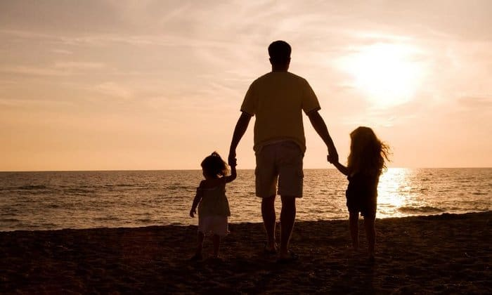 Отец с детками