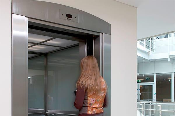 Девушка заходит в лифт