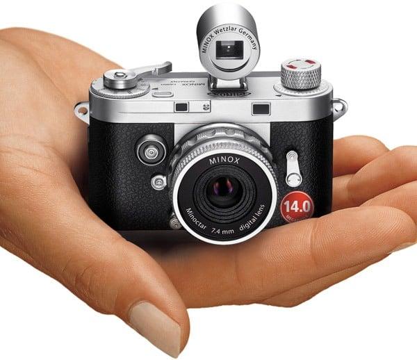 Фотоаппарат на руке