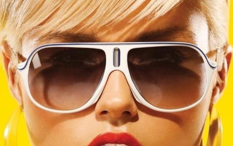 Темные очки у блондинки