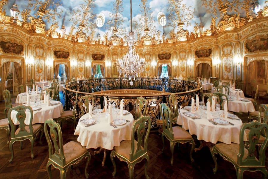 Яркий ресторан