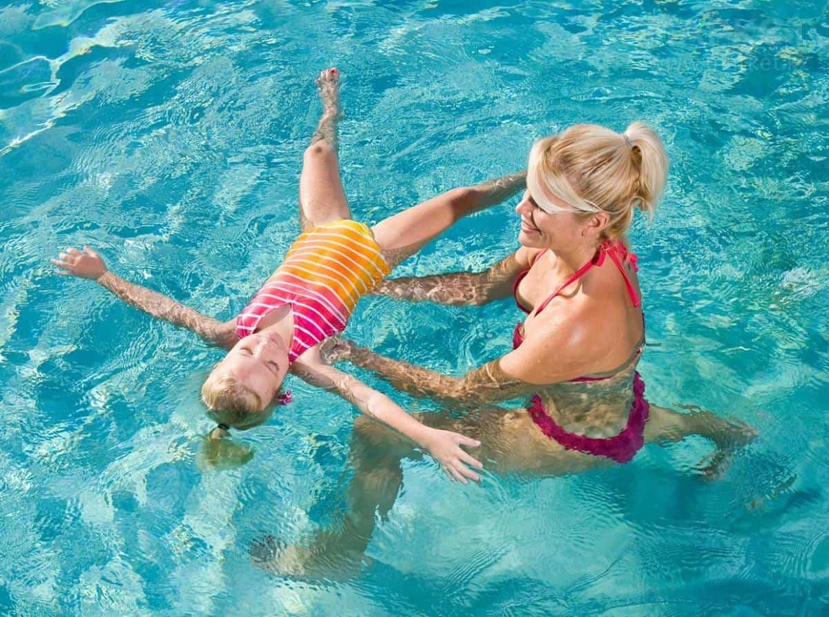 Мать с ребенком в воде